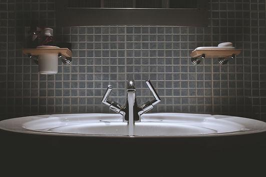 Vask med vann på badet
