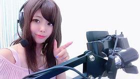チャットカメラに指をさす女の子