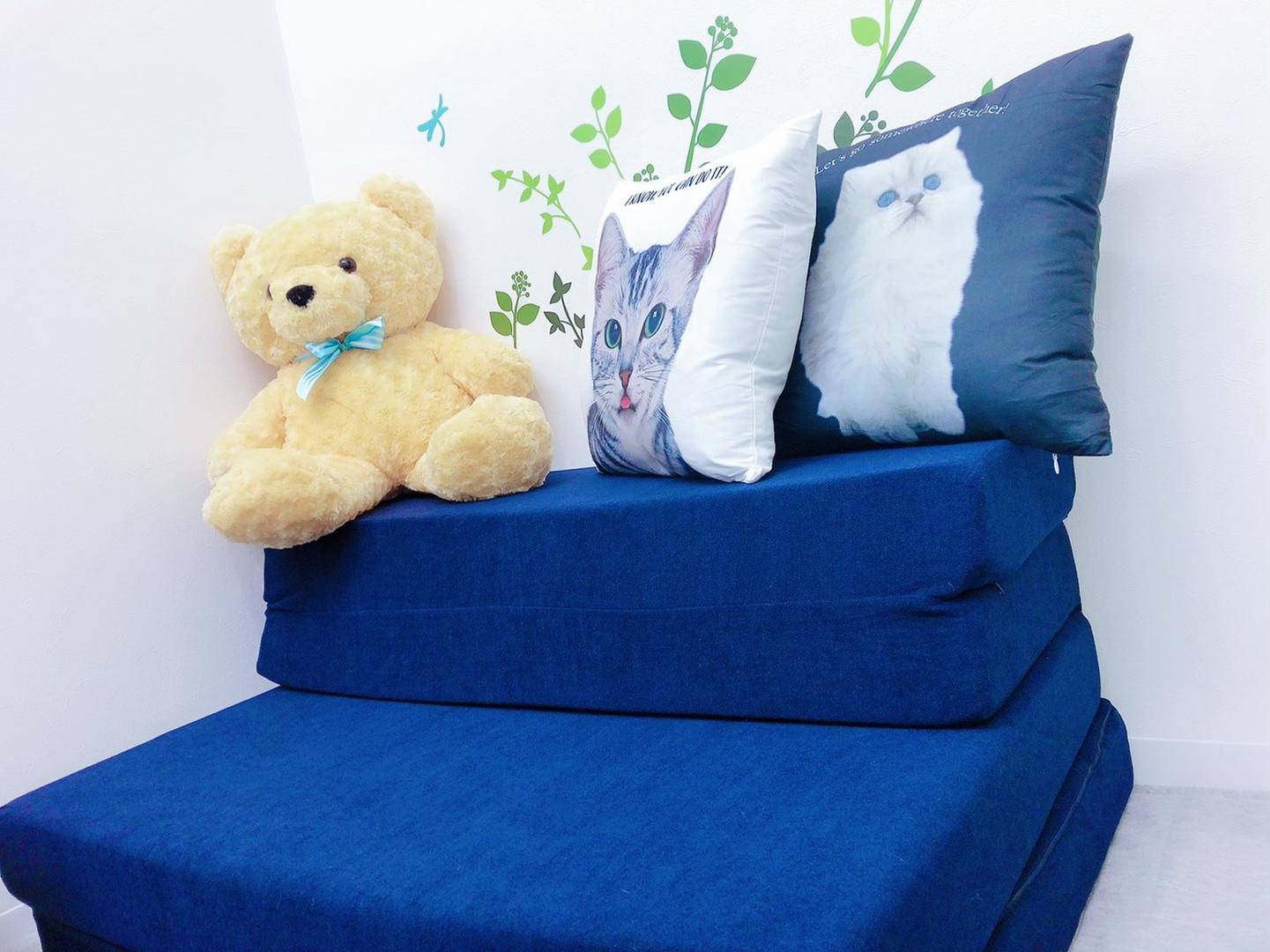 青いローソファのチャットルーム