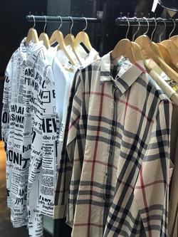 Variedad de camisas y remeras.