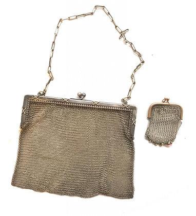 Cartera antigua malla metálica plateada Medidas: 14 x 18 cm cierre pellizco
