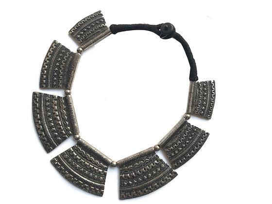 Collar de metal grande