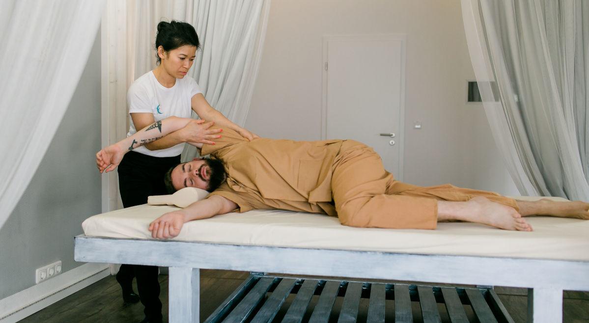 Seitenlage Nacken Arm Schulter Dehnung Thaiyoga-Massage Einklang Dortmund