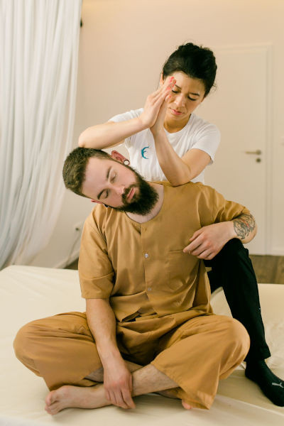 sitzen Nacken Arm Schulter Dehnung Thaiyoga-Massage Einklang Dortmund