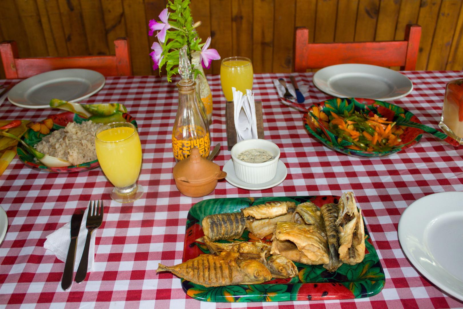 Pescado frito, arroz con coco y vegetale sPijibalodge