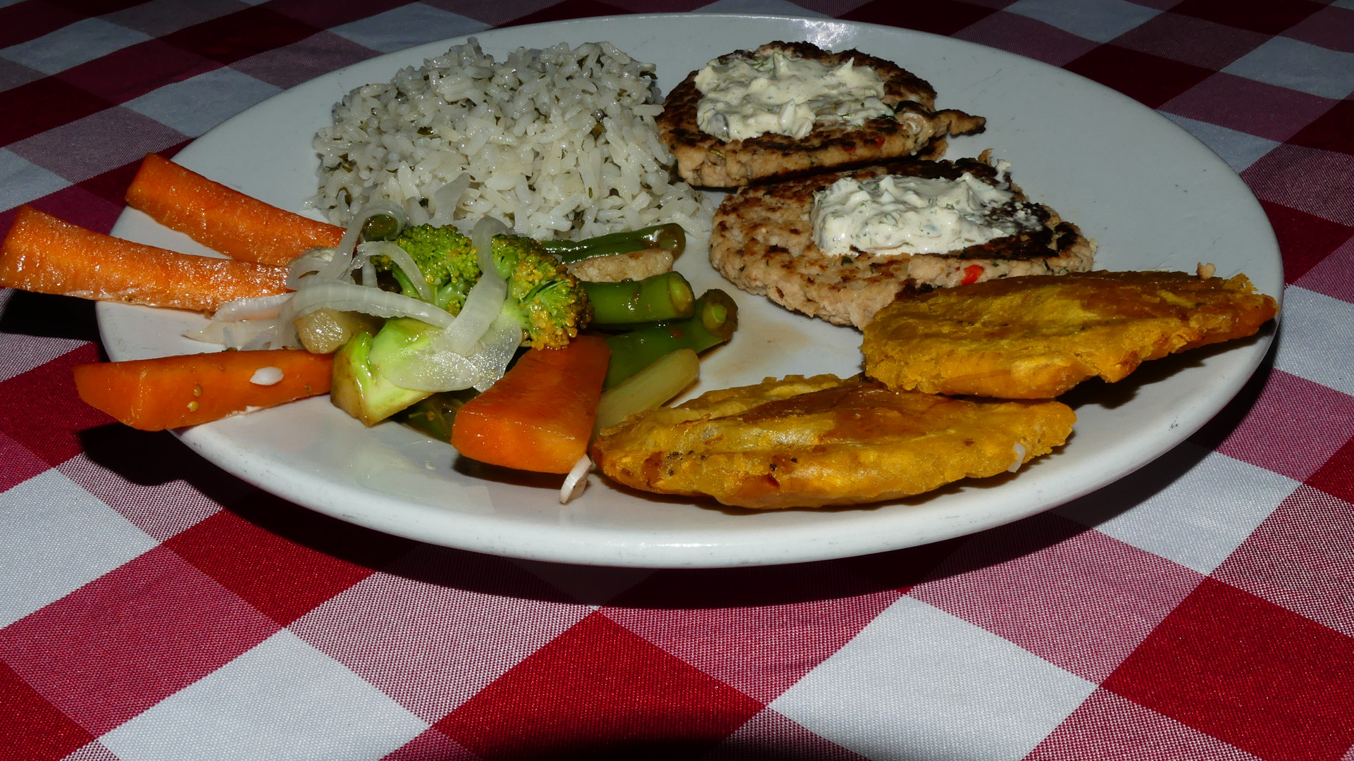 Patacones, arroz con ajonjolí, vegetales y croquetas de pescado Pijibalodge