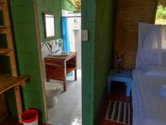 Baño y habitación Pijibalodge