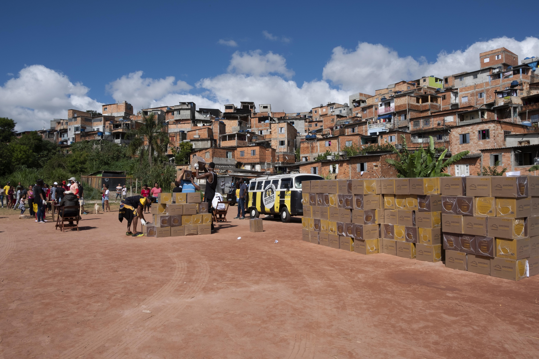 Doações de cestas básica no Vale das Virtudes