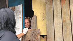 Voluntária Viviane visitando barracos