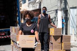 Doações de cestas básica na Favela Dança Cigana