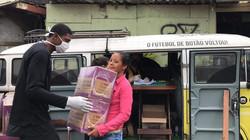 Doação de cestas básicas na favela Portelinha - Foto: Tais F. Bértolin