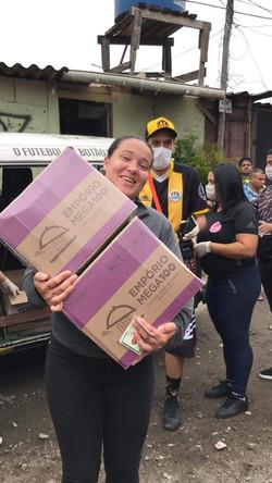 Doação de cestas básicas na favela Po