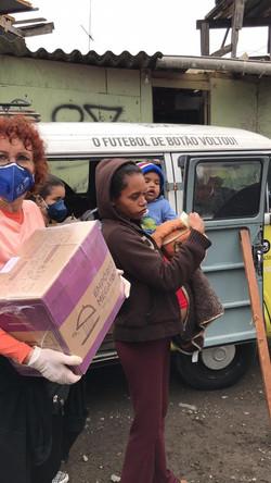 Doação de cestas básicas na Portelinha