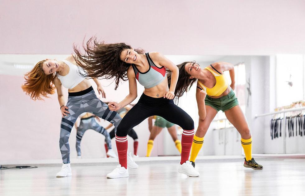בנות רוקדת זמבה בסטודיו