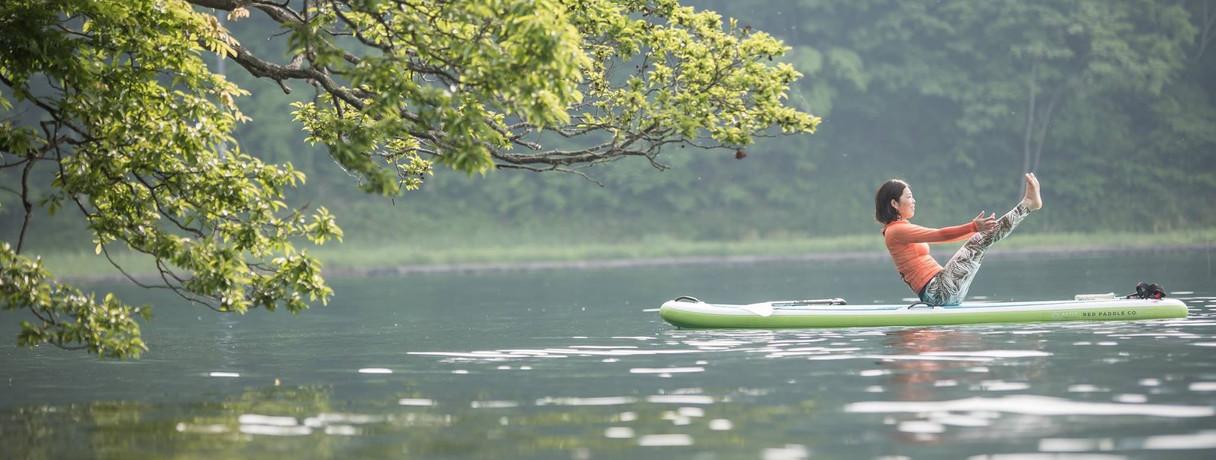 静かな湖上でSUPヨガ