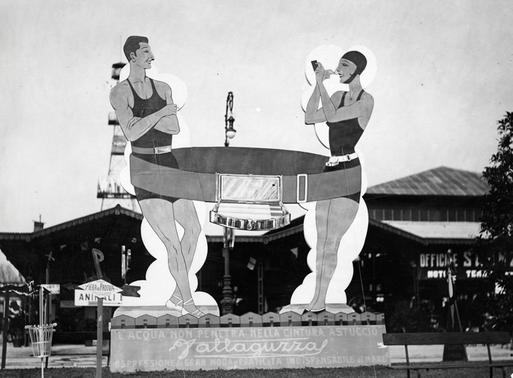 Sagoma pubblicitaria della cintura Vallaguzza alla Fiera Campionaria di Milano del 1931
