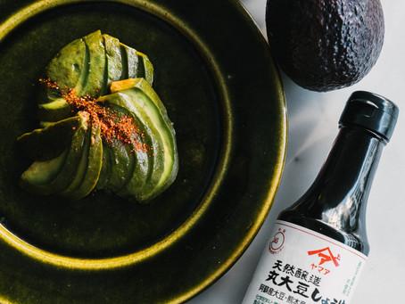 天然醸造丸大豆しょうゆを使った「アボカドのガーリック醤油漬け」レシピ紹介