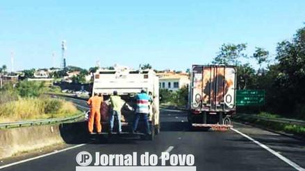 INTERIOR: Justiça proíbe lixeiros pendurados na traseira de caminhões