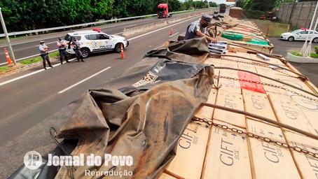 PRE flagra carretas com 1 milhão de maços de cigarros contrabandeados, na SP-333, em Marília