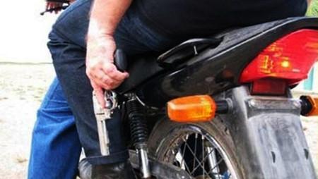 Dupla em motocicleta rouba celular de ajudante na Zona Norte