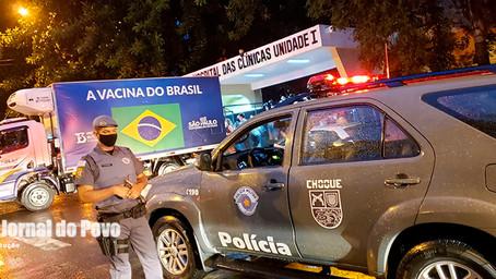 Primeiro lote de vacinas da Covid-19 chegam em Marília, sob escolta policial