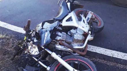 Motociclista morre ao bater em carreta na região. Garupa segue no H.C