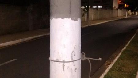 Corda esticada em avenida derruba e fere motociclista na madrugada. Suspeita de armação de assaltant