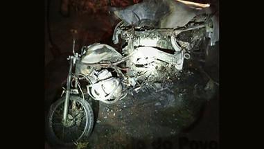 Colisão traseira em rodovia na região mata motociclista. Motorista causador do acidente fugiu