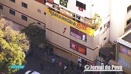 Funcionários invadem prédio de jornal após atrasos de salários e direitos trabalhistas