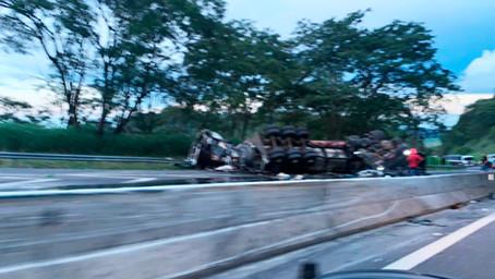 Motoristas morrem em colisão frontal de caminhões em rodovia na região