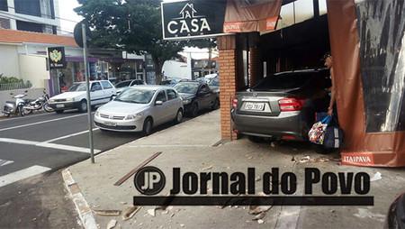 Carro invade restaurante, após colisão no centro