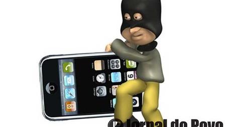 Garoto cochilou com celular na mão. Ladrão não perdoou!