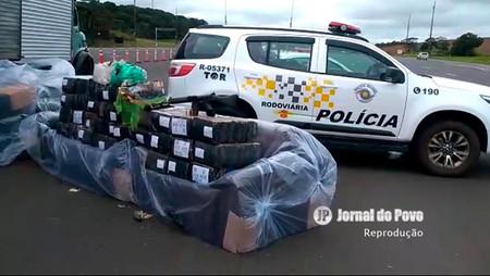 PRE flagra caminhão com 500 quilos de drogas e fuzil, em rodovia na região