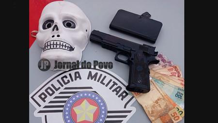 PM prende ladrões em flagrante após roubo com máscara de caveira e pistola
