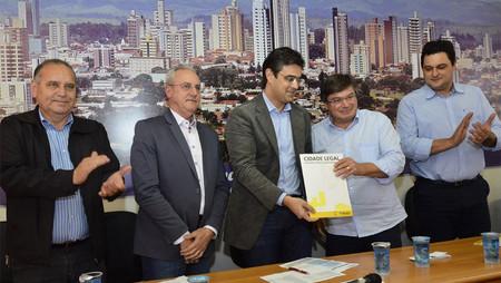 Prefeito Daniel e secretário beneficiam 548 famílias com entrega pelo programa Cidade Legal