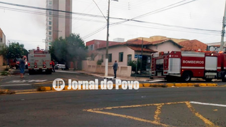 Incêndio atinge imobiliária no centro de Marília, neste domingo