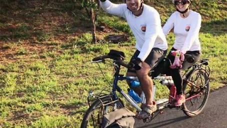Casal que dará volta ao mundo de bicicleta passa por Marília