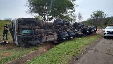 Motorista é arremessado da cabine, após tombamento de carreta na Rodovia Marília a Bauru