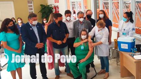 Governador João Doria acompanha início da vacinação da Covid-19 e alfineta Bolsonaro, em Marília