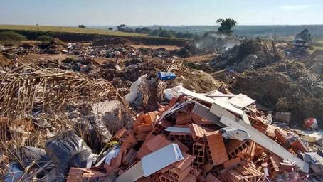 Aterro de entulhos em Lácio vira novo lixão e Cetesb multa Prefeitura pelo relaxo