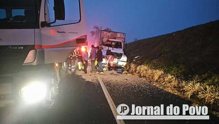 Colisão traseira entre caminhões mata ajudante na BR-153