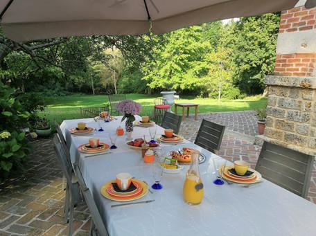 Petit dejeuner en terrasse.jpg