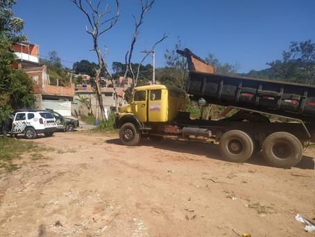 Guarda Ambiental e PM Rural flagram descarte irregular de entulho em área de preservação