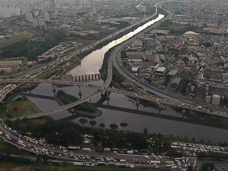 Caminhoneiros fecham Marginal Tietê e travam trânsito em SP