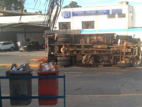 Caminhão tomba na Estrada do Embu