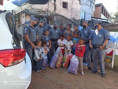 Policiais Militares arrecadam alimentos para família carente