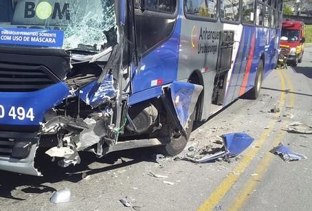 Acidente envolvendo ônibus intermunicipal e automóvel deixa um ferido em Barueri