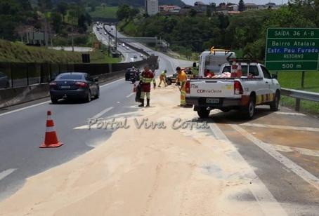 Raposo: Máquina cai de caminhão, derrama óleo e interdita pista