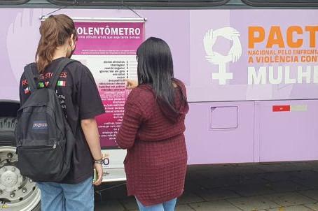 No combate à violência contra a mulher, Linha 5-Lilás recebe Ônibus Lilás