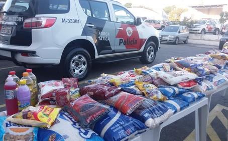 Policiais Militares entregam alimentos para ONG em Carapicuíba